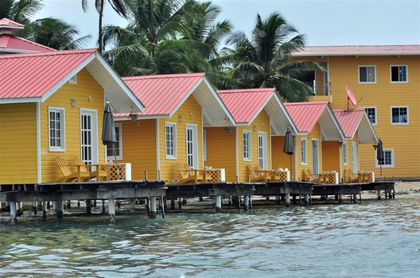 Casitas residenciales en Isla Solarte, en frente del pueblo de Bocas