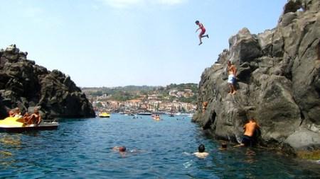 Isola lachea fare il bagno nell 39 acqua turchese ad acitrezza - Cinque terre dove fare il bagno ...