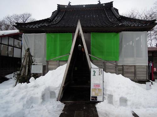 雪囲いされた本堂