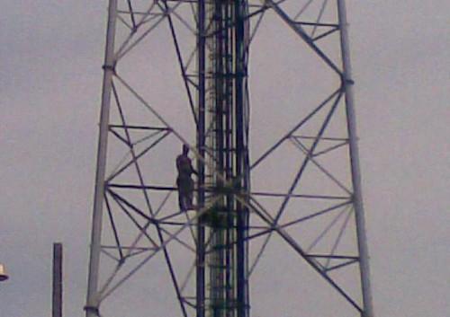 Homem do alto de uma torre ameça se jogar. Santarém. Foto: Marlon Seixas
