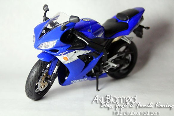 Yamaha Superbike R1 Blue