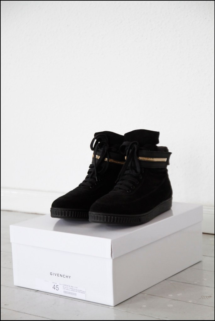 Tuukka13 - Holiday In Berlin - Black Givenchy High-Top Sneakers With Golden Zipper Strap - 2