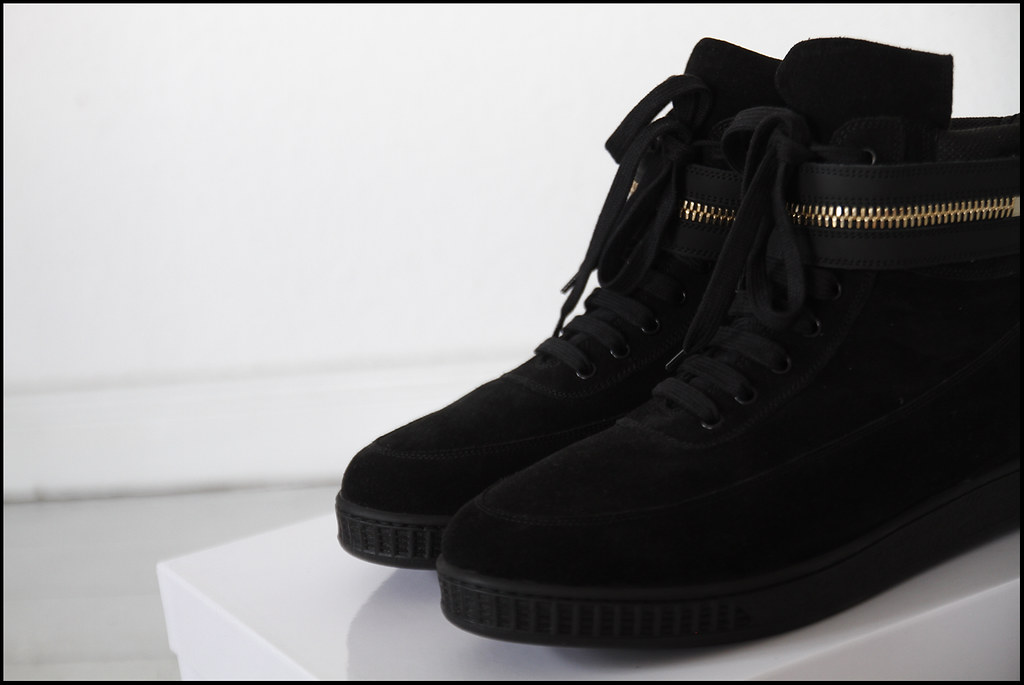 Tuukka13 - Holiday In Berlin - Black Givenchy High-Top Sneakers With Golden Zipper Strap - 4