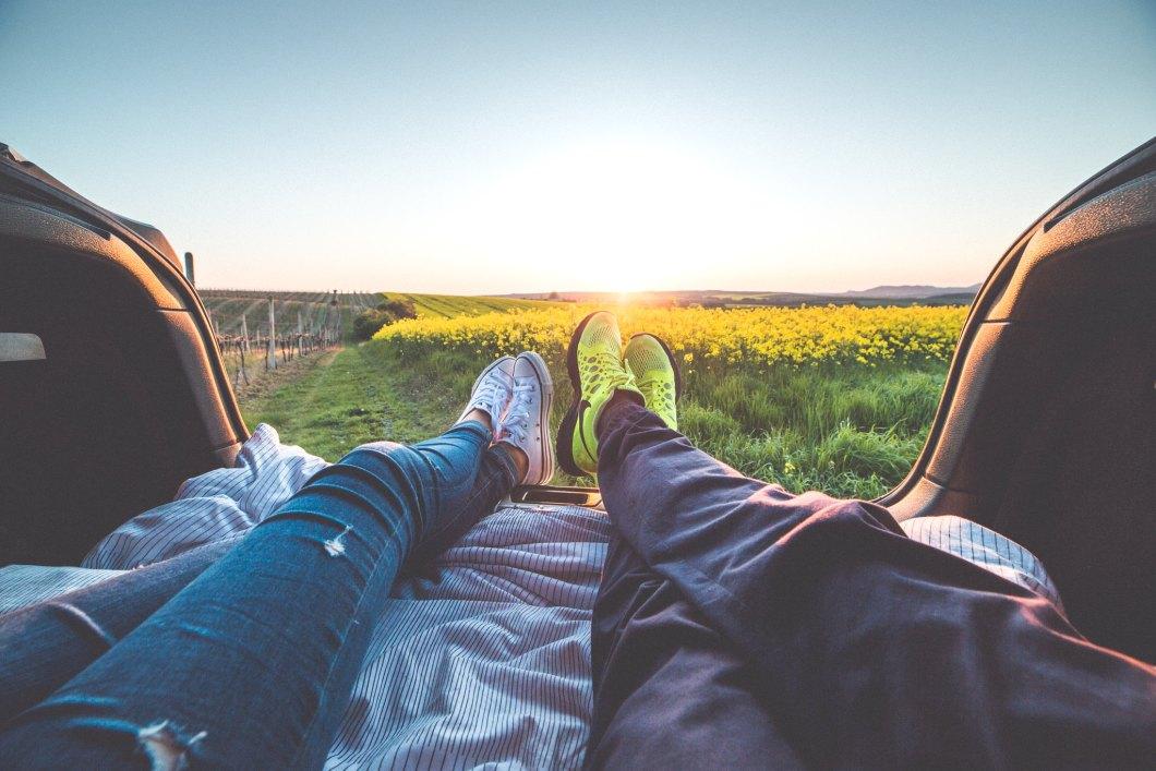 Imagen gratis de una pareja disfrutando la puesta de sol