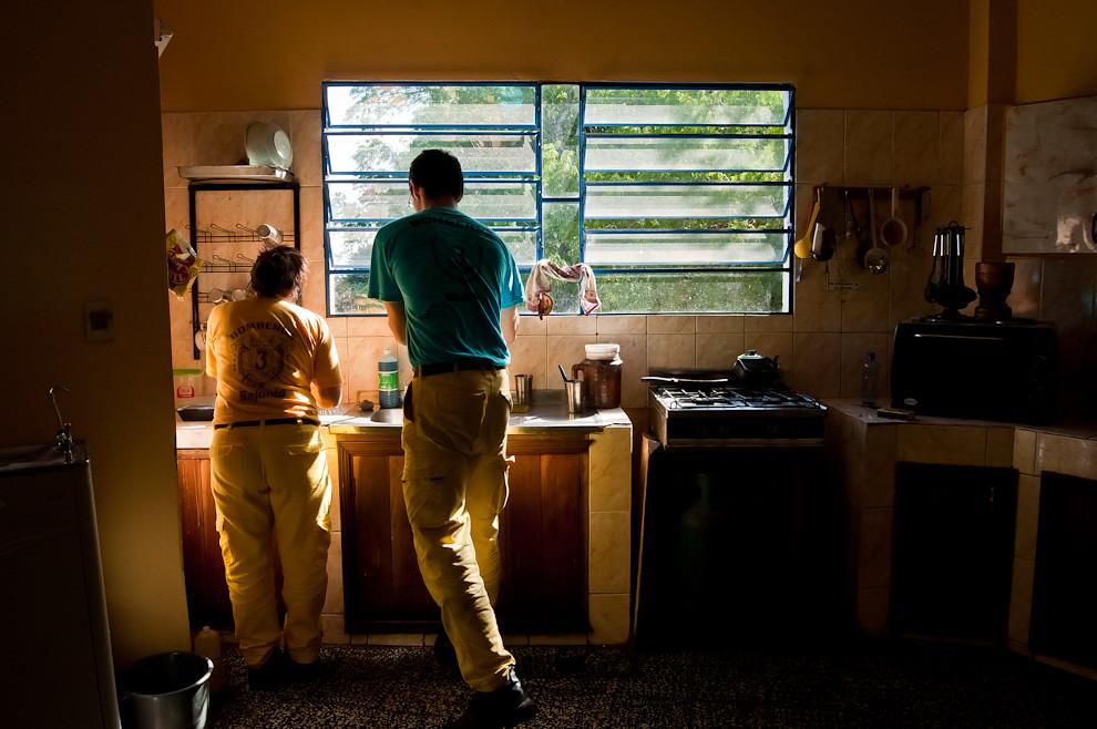 Dos voluntarios lavan sus respectivas tazas y cubiertos luego de un desayuno en la mañana del 1 de abril. En la 3ra. compañía es obligatorio que cada uno lave los utensilios usados, para mantener el orden y la limpieza de la cocina en todo momento. Esta y otras prácticas de limpieza y orden se enseñan en esta institución para mantener la buena educación de sus miembros y una excelente reputación a nivel de institución. (Elton Núñez).