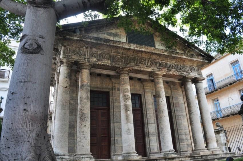 Fue eregido a propuesta del Capitán General Francisco Dionisio Vives en el lugar donde se cree se fundó la Villa de San Cristóbal de La Habana en 1519. En el interior del recinto se encuentran un busto de Cristóbal Colón, descubridor de la isla y una ceiba.