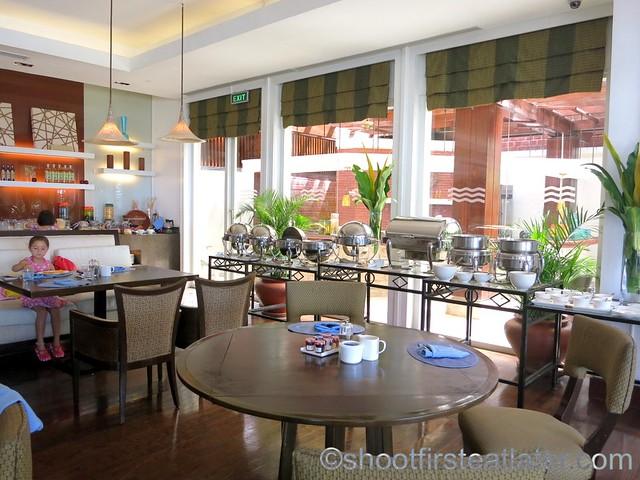 breakfast buffet at Acqua, Shangri-La Mactan-001
