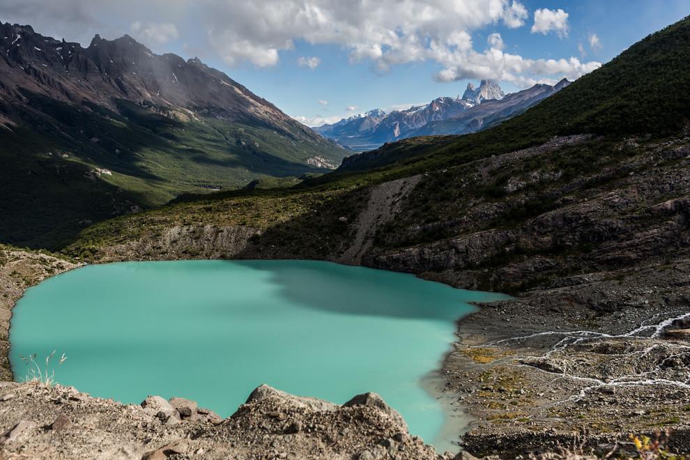 Una laguna de color verde, formada por el deshielo del Glaciar Huemul donde se observa el Fitz Roy a lo lejos. (Tetsu Espósito).