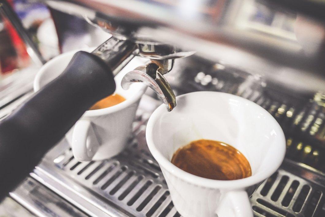 Imagen gratis de dos cafés recién hechos