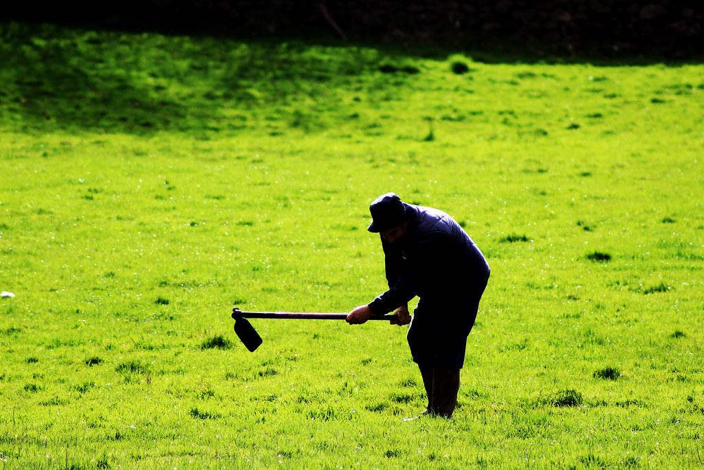 Imagen gratis de un agricultor labrando la tierra