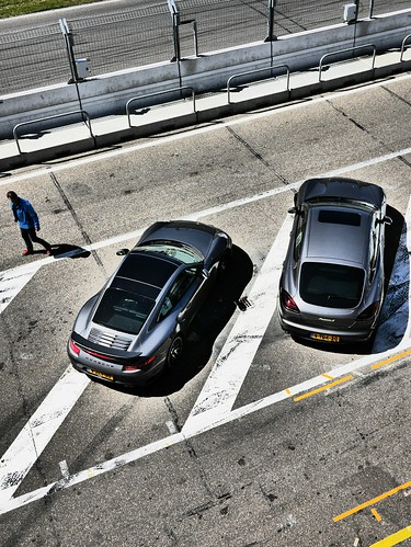 2 Porsches in the pitlane in an urban asfalt environment #circuitparkzandvoort