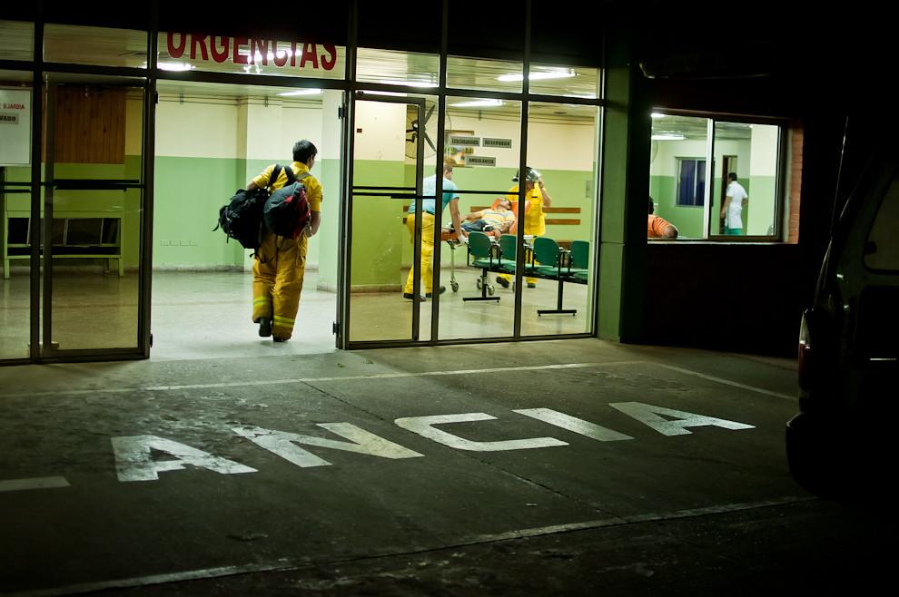 Los bomberos voluntarios de Sajonia acompañan al herido de un accidente de moto hasta el Hospital Militar mientras que otro voluntario se ofrece a llevar las cosas personales de la víctima. Los bomberos cuando derivan a una persona siempre se ocupan de entregar al paciente en las manos indicadas, por estricto procedimiento se aseguran que tenga la correcta entrada al hospital y sea debidamente atendido. (Elton Núñez).