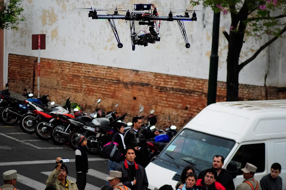 El Skycam sobrevolando la pista cerca de la meta, porta una cámara de vídeo de alta definición que permitía obtener filmaciones únicas desde una vista superior que podían ser visualizadas desde la pantalla gigante instalada para el evento. Esta cámara de 8 hélices se suspende en el aire suavemente mientras es controlada por radiocontrol. (Elton Núñez)