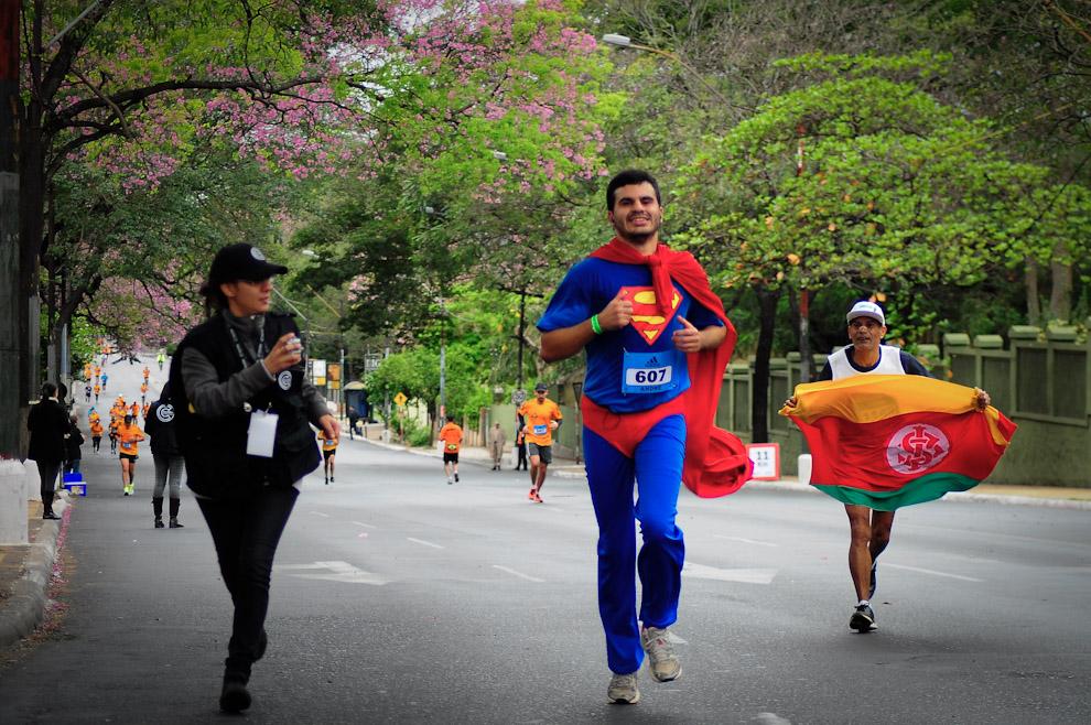 André da Silva Barbosa se disfraza de superman para participar de la carrera en la categoría 21 kilómetros. Consiguió la posición número 17 en su categoría y 160 en la tabla general con un tiempo de 1 hora y 53 minutos. (Elton Núñez)