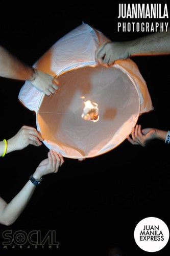 Hold the sky lantern in an upright position. Its round base must be leveled. At least two persons must hold the top of the sky lantern on the four corners.