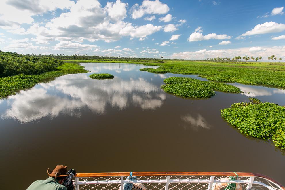 Thomas Vinke, creador del Programa Paraguay Salvaje, realiza una toma del Río Negro lleno de camalotes, a pocos metros de llegar a la Reserva 3 Gigantes. (Tetsu Espósito)