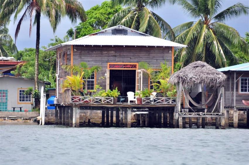 Casa Típica construída sobre el agua en Isla Colón, donde la vida es muy relajada.
