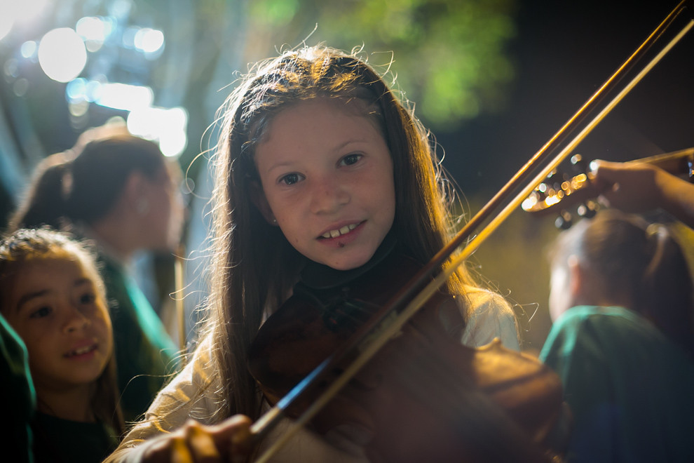 Una niña practica con su violín momentos antes de presentarse frente al público, durante el concierto realizado en Caacupé. (Tetsu Espósito)