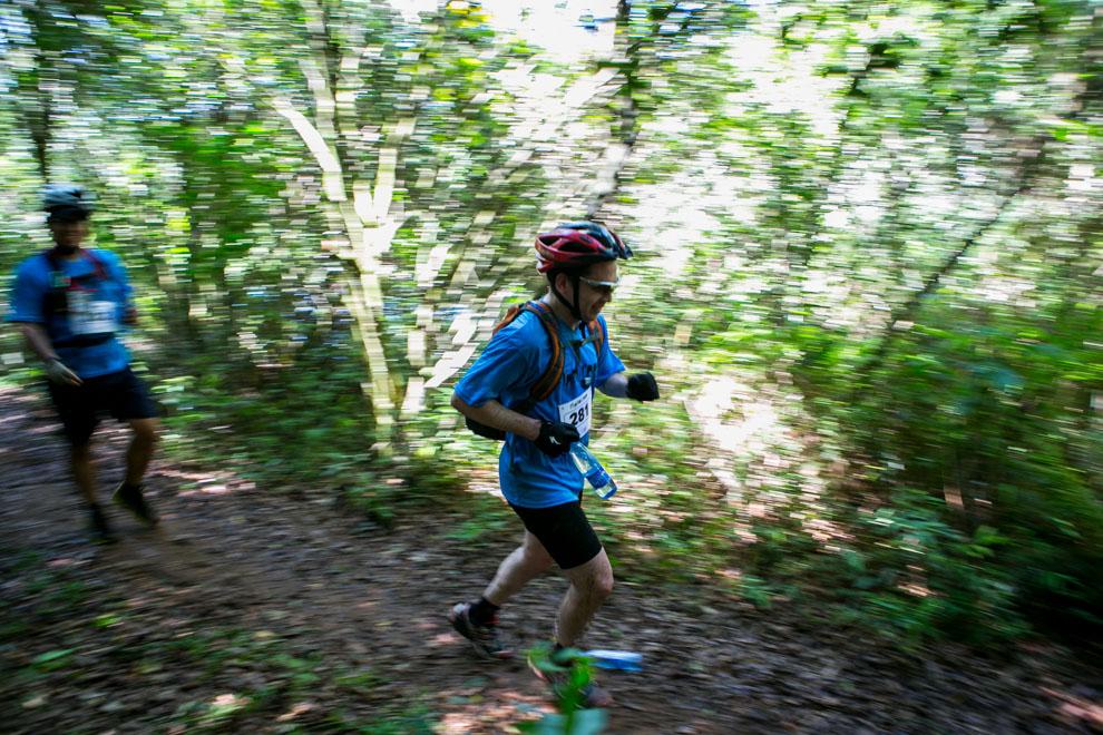La competencia de eco-aventura en bicicleta también incluía un pequeño tramo de trekking, los participantes debían dejar sus bicicletas en un puesto de control y continuar a pie hasta el siguiente puesto para poder continuar la carrera. (Tetsu Espósito).