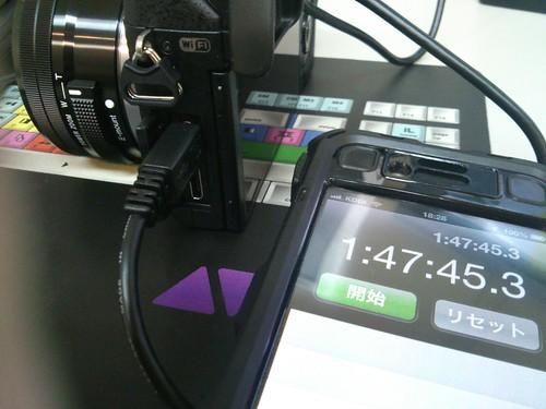 おっ!ランプ消えてる!約1時間45分!!こりゃあ早い! ※メーカー推奨ではないのであくまで自己責任で  #NEX6 を #Nexus7 のACアダプタで充電