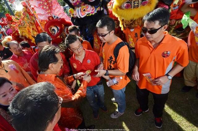 Ketua Menteri Sabah Memberi Angpow