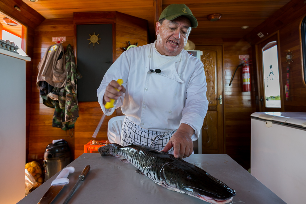 El chef a bordo del Yate 7 Cabrillas nos cuenta cómo debe filetearse un surubí mientras prepara uno de sus deliciosos platos. (Tetsu Espósito)