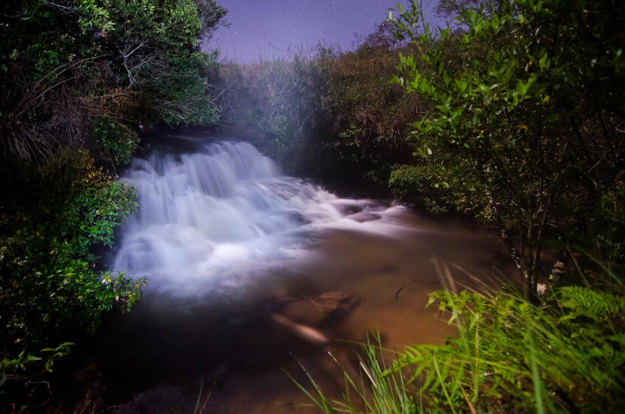 Una de las numerosas cascadas de agua que irrigan la Reserva Morombí, foto tomada en horas de la noche a pesar de la dificultad de la neblina. (Elton Núñez)