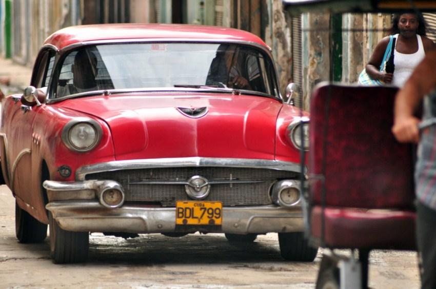"""Los denominados """"almendrones"""" nos regalan unas estupendas instantáneas por las calles de La Habana vieja."""