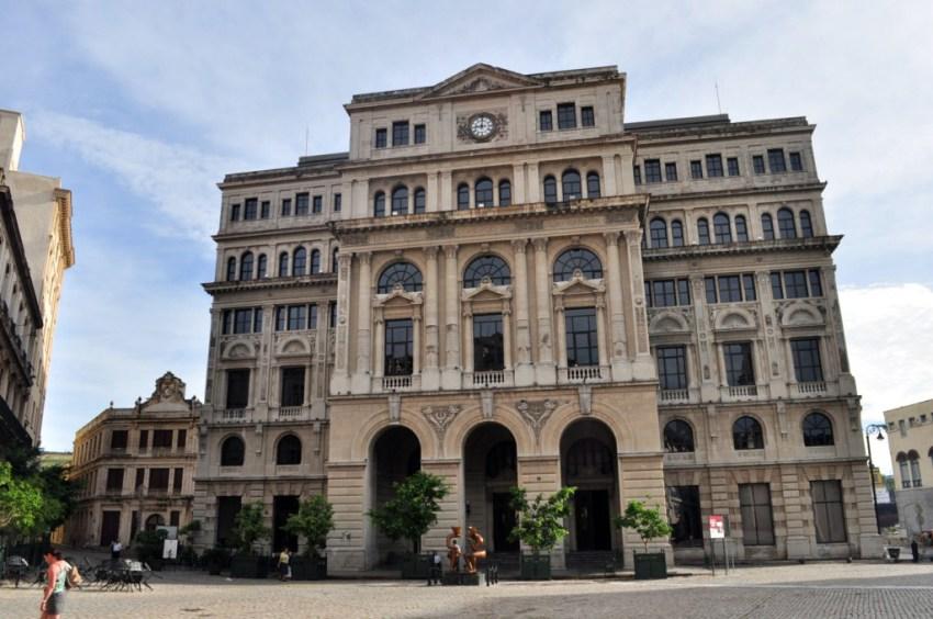 Palacio de Marqués de San Felipe, custodiando la colonial plaza de San Francisco.