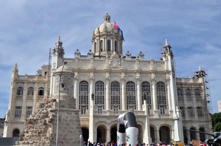 La entrada principal del Museo está flanqueada por dos elementos emblemáticos: los restos de la garita del Ángel, parte de la muralla que rodeaba a La Habana en la época colonial, y el cañón autopropulsado SAU-100 utilizado por Fidel Castro durante los combates de Bahía de Cochinos.