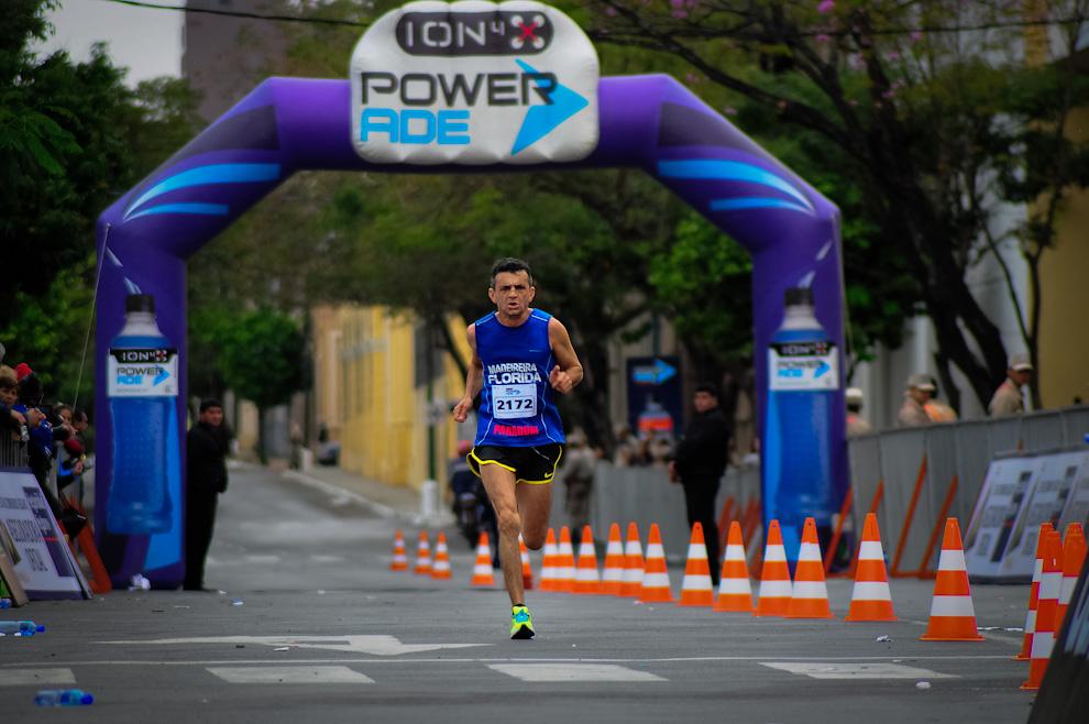 Un competidor de la categoría 10 kilómetros va llegando a la meta velozmente tras 40 minutos de recorrido en la jornada del domingo pasado en la edición 2012 de la Maratón Internacional de Asunción. (Elton Núñez)