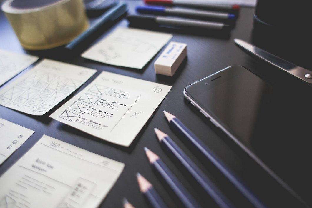 Imagen gratis de material de oficina ordenado sobre una mesa