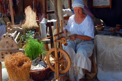 Spinning yarn from flax