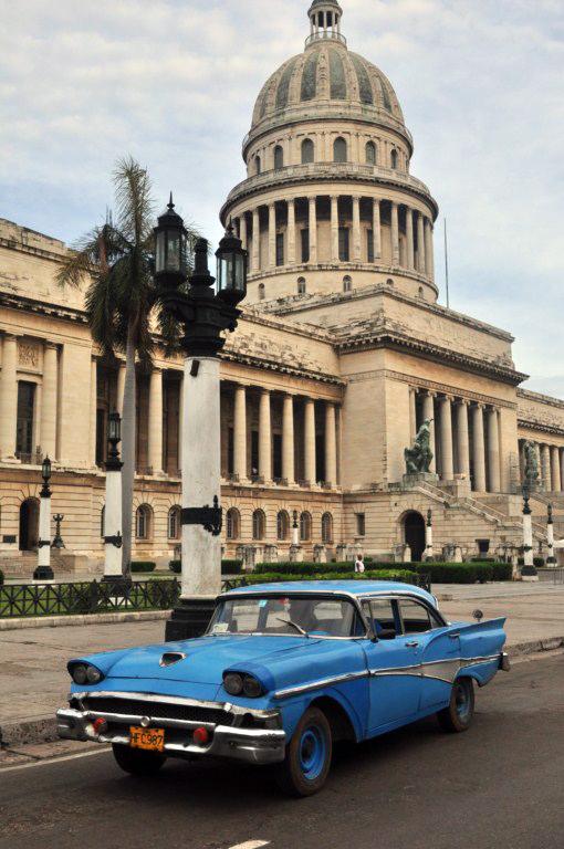 """Los populares coches antiguos llamados también """"almendrones"""" son habituales en el Capitolio."""