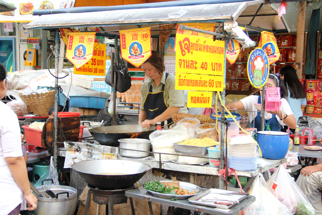 Vegetarian in Thailand? Look for the yellow signs and flags