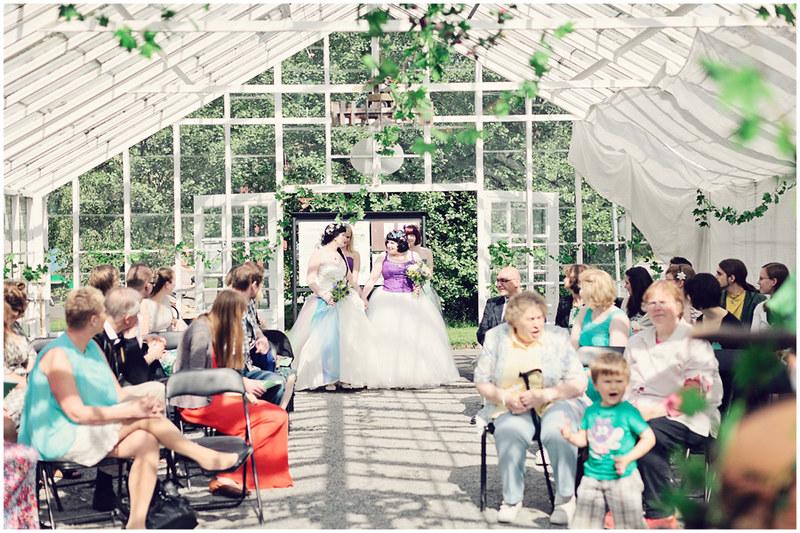 2-brides-green-house-diy-wedding-05