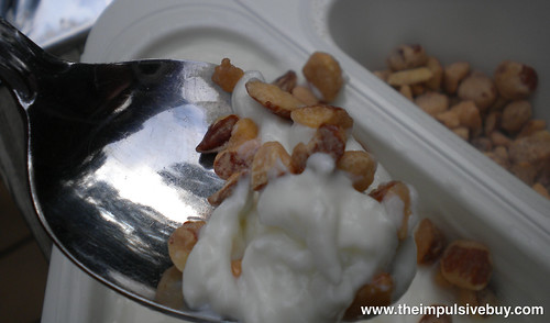 Quaker Mu?ller Greek Corner Yogurt Caramelized Almonds Closeup