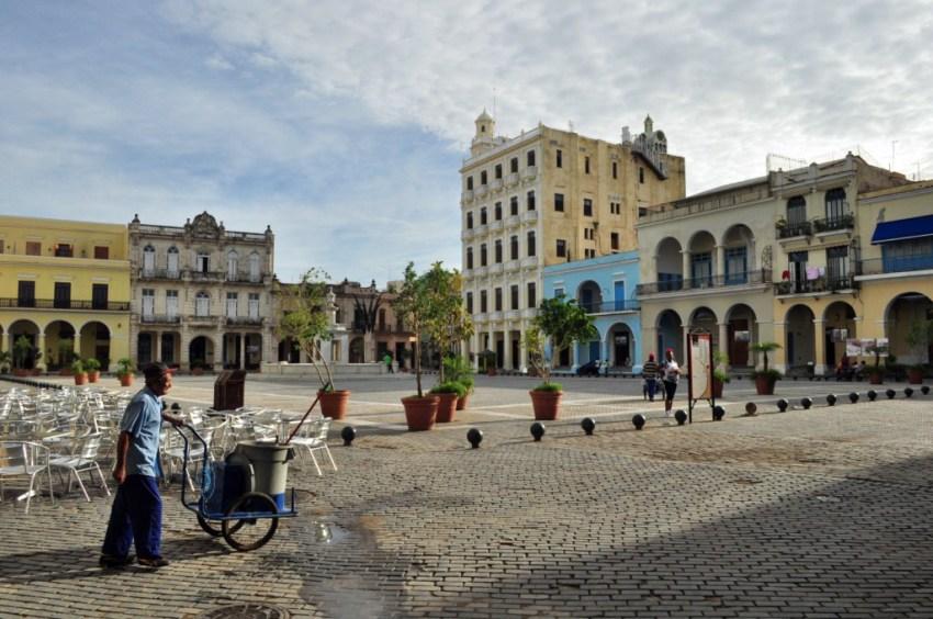La Plaza Vieja de La Habana, tras la remodelación, es un lugar con buenísimos cafés y terrazas para disfrutar con música en vivo.