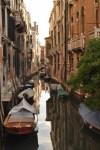 No es necesario gastarse 100€ en una góndola cuando las mejores y más escondidas calles se pueden descubrir caminando.