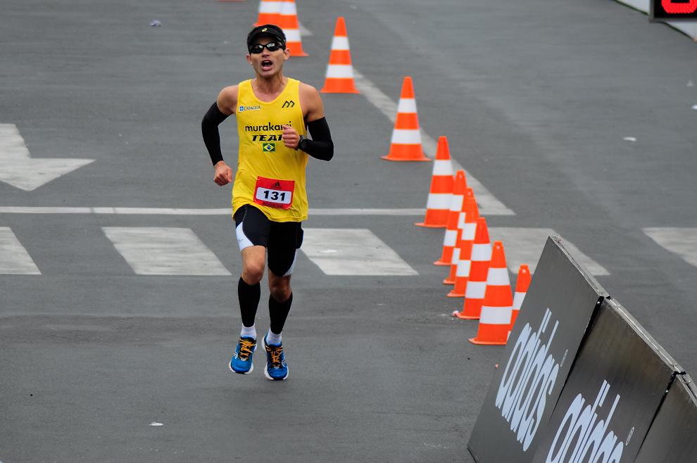 Un competidor brasilero se anima a llegar a la meta luego de 3 horas y 10 minutos de carrera en la categoría 42 kilómetros conquistando así la posición número 19 en la tabla general. (Elton Núñez)
