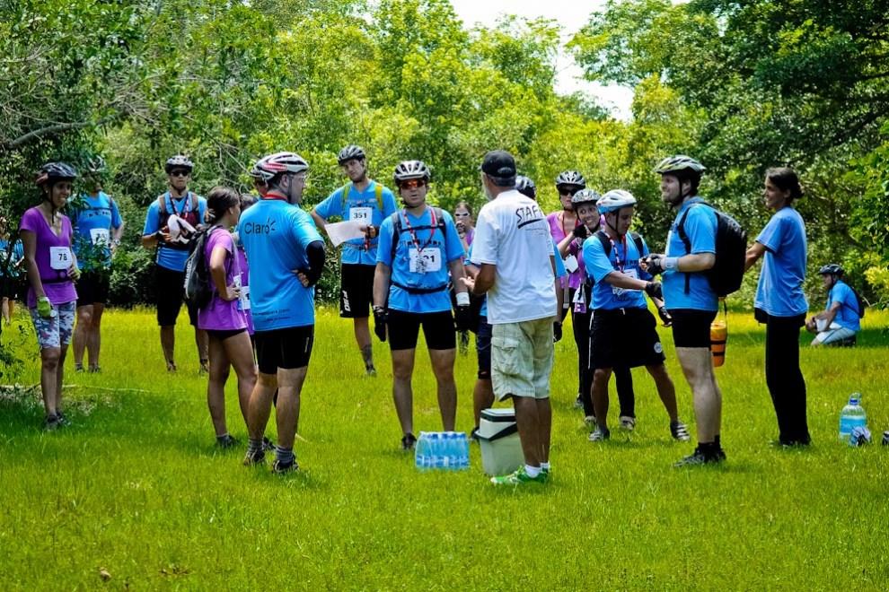 Un grupo de corredores de treking se encontraba perdido buscando el puesto de control número 2, por lo que el organizador tuvo que dar orientaciones adicionales a fin de que recuperen el curso correcto. (Elton Núñez)