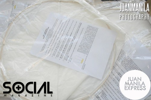 Carefully open the sky lantern from its package, making sure that it is not torn or damaged.
