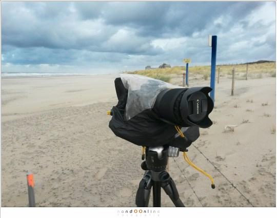 Tegen het zand beschermd door een regenhoes