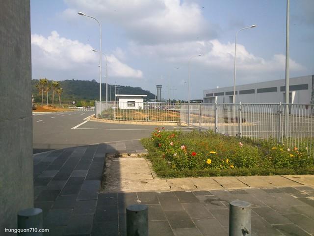 Sân bay Phú Quốc. Ra khu này để thuê xe máy.