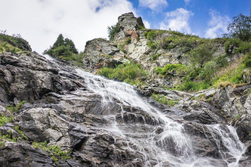 Imagen gratis de una cascada en plena naturaleza
