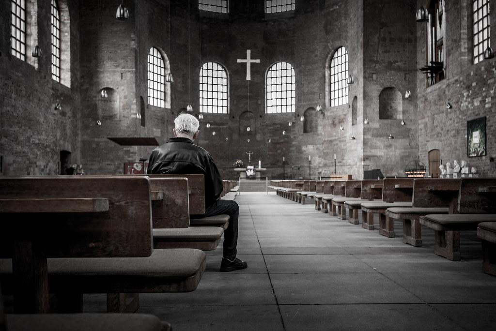 Imagen gratis de un hombre sentado en una iglesia