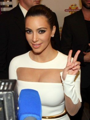Kim-Kardashian-Millions-of-Milkshakes-Kuwait-004-491x655