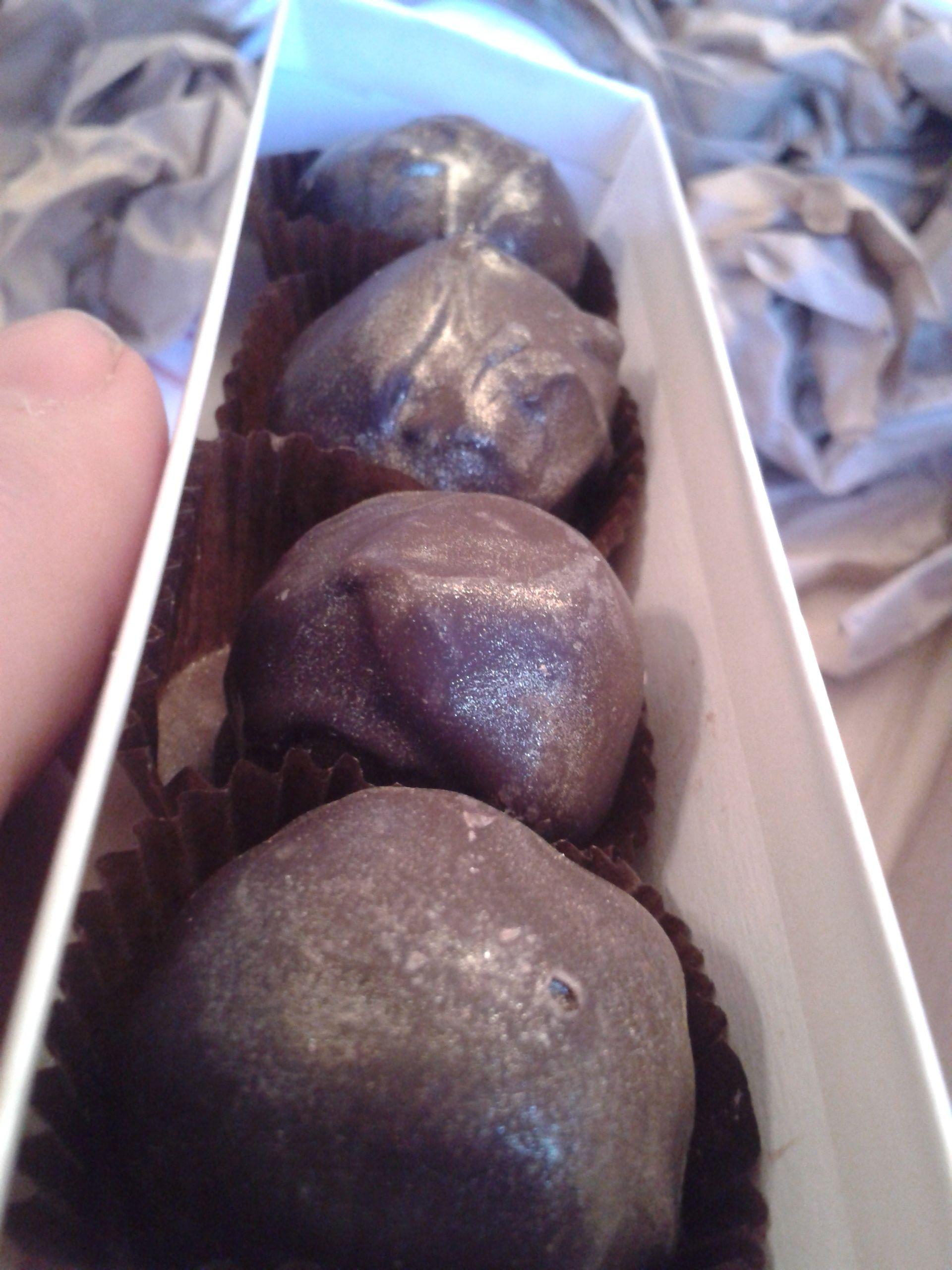 http://i1.wp.com/fatgayvegan.com/wp-content/uploads/2014/02/amaretto-truffles.jpg?fit=1920%2C2560