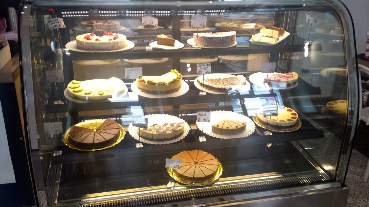 http://i1.wp.com/fatgayvegan.com/wp-content/uploads/2014/09/Lots-of-cake.jpg?fit=1280%2C720