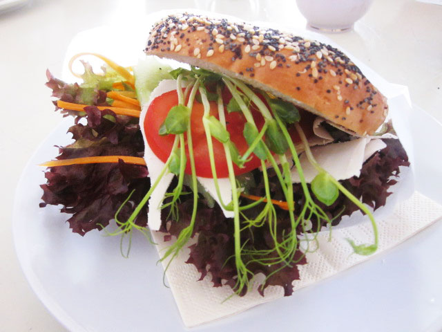 http://i1.wp.com/fatgayvegan.com/wp-content/uploads/2015/08/Cafe-Vux-Berlin-Bagel.jpg?fit=640%2C480